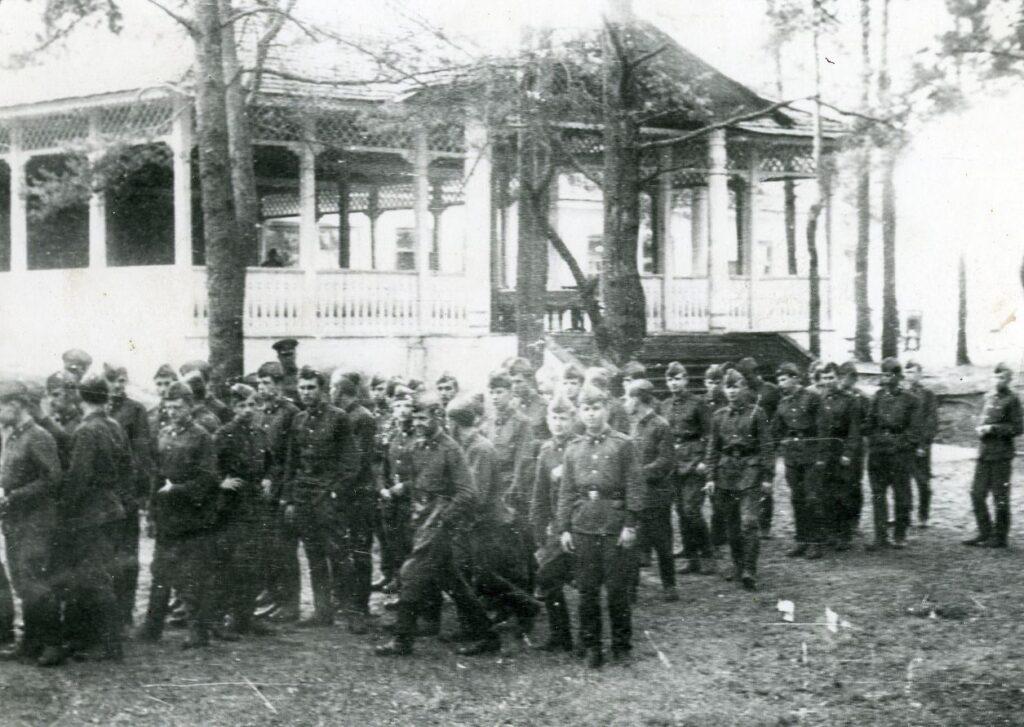 Наша история - Лагерь у реки Вилия. Суворовцы перед верандой училищной столовой