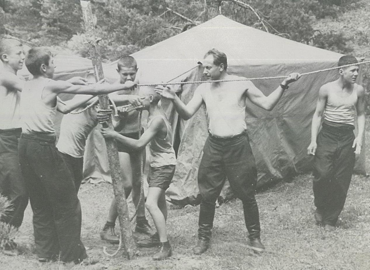 Суворовцы устанавливают палатки в летнем лагере на реке Вилии