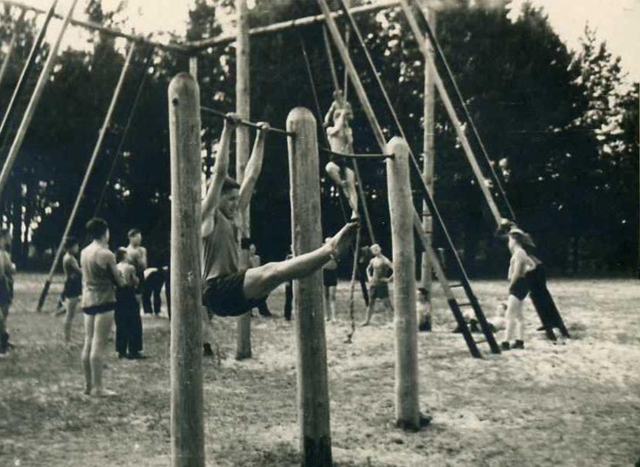 Занятия в спортгородке летнего лагеря СВУ