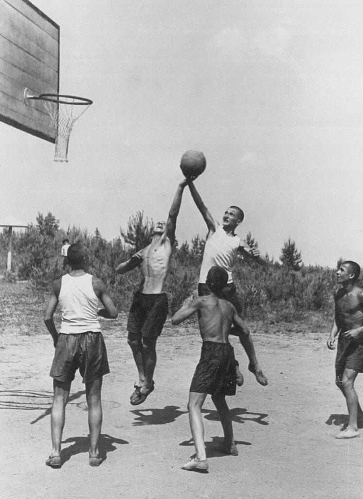 Наша история - № 62 С неповторимым азартом играли суворовцы в баскетбол Где как не в лагере можно оттянуться по полной программе да по1