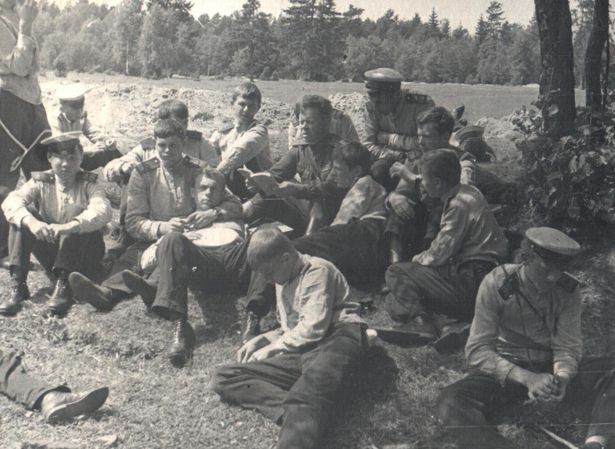 Суворовцы на привале в ходе военной игры в летнем лагере